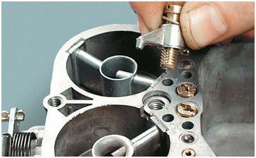 Ускорительный насос вместе с винтом – клапаном